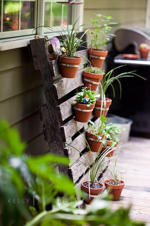 Pallet Garden Ideas, Pallet Gardening, Pallet Garden Bed, Pallet Planter, Pallet Planter Boxes DIY, Garden, Garden Ideas, Gardening Ideas - Bees and Roses| Pallet Projects, DIY Pallet Projects, Garden, Gardening Projects, Gardening Hacks #Gardening #PalletProjects #GardenProjects